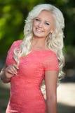 Mooie vrouw in openlucht, meisje in park, de zomervakantie. Vrij blond op aard. gelukkige glimlachende vrouw Royalty-vrije Stock Afbeelding