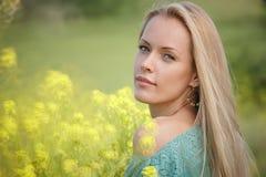 Mooie Vrouw over de achtergrond van de Aard Royalty-vrije Stock Foto