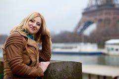 Mooie vrouw in Parijs Stock Foto