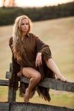 Mooie vrouw in platteland Royalty-vrije Stock Afbeelding