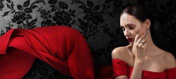 Mooie vrouw in rode avondjurk Royalty-vrije Stock Foto's