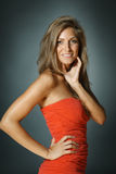 Mooie vrouw in rode kleding Stock Foto's