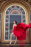 Mooie vrouw in rode kleding Stock Foto