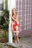 Mooie vrouw in rode kleding Stock Afbeelding