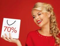 Mooie vrouw in rode kleding met het winkelen zak Stock Fotografie