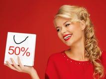 Mooie vrouw in rode kleding met het winkelen zak Stock Afbeelding