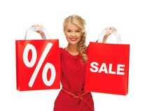 Mooie vrouw in rode kleding met het winkelen zak Royalty-vrije Stock Afbeelding