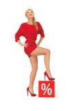 Mooie vrouw in rode kleding met percententeken Royalty-vrije Stock Foto's