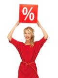 Mooie vrouw in rode kleding met percententeken Stock Foto