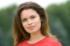 Mooie vrouw in rode t-shirt Royalty-vrije Stock Foto's