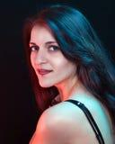 Mooie vrouw in rood en blauw licht Royalty-vrije Stock Foto's