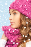 Mooie vrouw in roze de winterhoed en geluiddemper Stock Foto