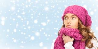 Mooie vrouw in roze de winterhoed en geluiddemper Royalty-vrije Stock Foto's
