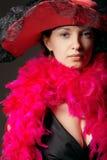 Mooie vrouw in roze veren en hoed Royalty-vrije Stock Fotografie