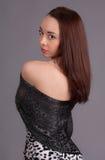 Mooie vrouw in sjaal Stock Fotografie