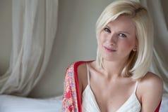 Mooie Vrouw in Slaapkamer Stock Foto