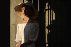 Mooie vrouw in strohoed Stock Foto