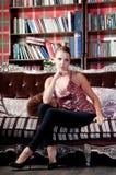 Mooie vrouw in studio, luxestijl Stock Foto's