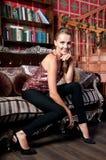 Mooie vrouw in studio, luxestijl Stock Foto