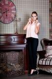 Mooie vrouw in studio, luxestijl Beige blouse Stock Afbeeldingen