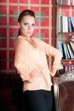 Mooie vrouw in studio, luxestijl Beige blouse Stock Foto