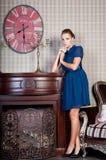 Mooie vrouw in studio, luxestijl Blauwe korte kleding Royalty-vrije Stock Afbeeldingen