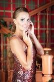 Mooie vrouw in studio, luxestijl Dichtbijgelegen treden Royalty-vrije Stock Afbeeldingen