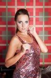Mooie vrouw in studio, luxestijl Dichtbijgelegen treden Stock Foto's