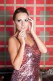 Mooie vrouw in studio, luxestijl Dichtbijgelegen treden Stock Afbeeldingen