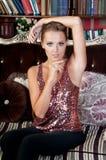 Mooie vrouw in studio, luxestijl Rode heldere bovenkant Stock Foto's