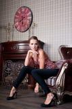 Mooie vrouw in studio, luxestijl In shair sterk Stock Afbeeldingen