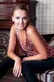 Mooie vrouw in studio, luxestijl In shair sterk Royalty-vrije Stock Afbeeldingen