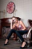 Mooie vrouw in studio, luxestijl In shair sterk Stock Foto