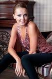 Mooie vrouw in studio, luxestijl In shair sterk Royalty-vrije Stock Foto's