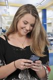 Mooie Vrouw Texting Stock Afbeelding