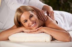 Mooie vrouw tijdens massage royalty-vrije stock afbeeldingen