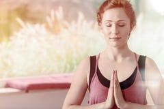 Mooie vrouw tijdens meditatie royalty-vrije stock afbeelding