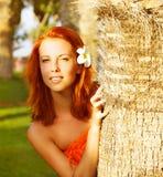 Mooie vrouw in tropische aard Royalty-vrije Stock Fotografie