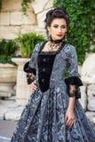 Mooie vrouw in uitstekende kleding Royalty-vrije Stock Afbeeldingen