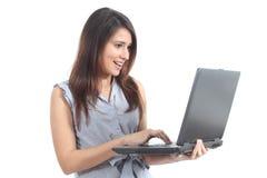 Mooie vrouw verbaasde status lettend op laptop Stock Afbeeldingen