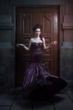 Mooie vrouw in violette kleding royalty-vrije stock foto's