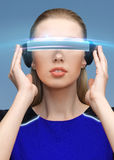 Mooie vrouw in virtuele werkelijkheids 3d glazen Royalty-vrije Stock Foto's