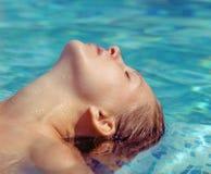 Mooie vrouw in waterpool stock foto's