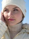 Mooie vrouw in winterse hoed stock foto's
