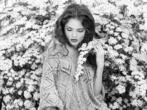 Mooie vrouw in wit en zwart. Retro Royalty-vrije Stock Afbeelding