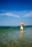 Mooie vrouw in witte bikini Stock Foto's
