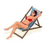 Mooie vrouw in witte bikini die op een zonlanterfanter die in de zonneschijn liggen zonnebaden Ontspanningsvakantie, die zonnebad Royalty-vrije Stock Foto's