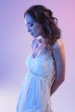Mooie Vrouw in Witte Kleding en Blauw Licht op Blauwe Achtergrond Stock Afbeelding