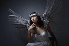 Mooie vrouw in witte kleding met engelenvleugels royalty-vrije stock foto