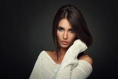 Mooie vrouw in witte sweater Royalty-vrije Stock Afbeelding